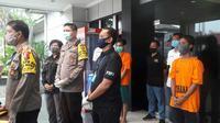 Polisi amankan pelaku tawuran di Bekasi beserta barang bukti senjata tajam. (Liputan6.com/Bam Sinulungga)