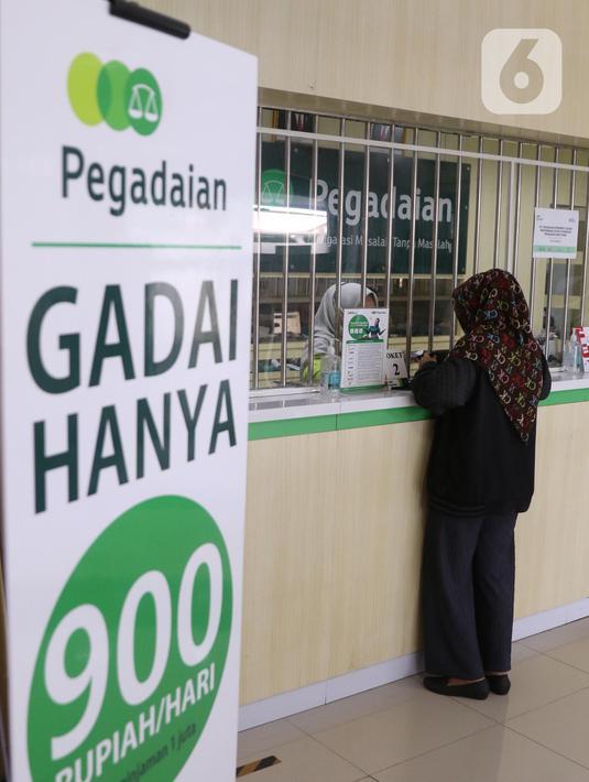 Nasabah melakukan transaksi di kantor pegadaian kawasan Jakarta, Rabu (4/8/2021). Pandemi Covid-19 yang masih berlangsung ternyata membuat jumlah nasabah yang menggadaikan barang mereka untuk berbagai kebutuhan sehari-hari meningkat pesat. (Liputan6.com/Angga Yuniar)