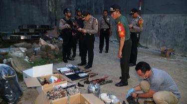 Tim Densus 88 menangkap seorang terduga teroris berinisial E alias AR (51) di Jalan Nanggewer, Kecamatan Cibinong, Kabupaten Bogor. (Achmad Sudarno)