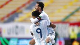 Penyerang Argentina, Joaquin Correa, melakukan selebrasi bersama Lionel Messi usai mencetak gol kegawang Bolivia pada laga kualifikasi Piala Dunia 2022 di Estadio Hernando Siles, Rabu (14/10/2020). Argentina menang dengan skor 2-1. (AP/Juan Karita)