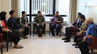 Presiden Joko Widodo atau Jokowi berbincang dengan Presiden ke-6 RI Susilo Bambang Yudhoyono (SBY) di National University Hospital Singapore, Kamis (21/2). Kedatangan Jokowi untuk menjenguk istri SBY, Ani Yudhoyono. (Liputan6.com/HO/Anung Anindito)