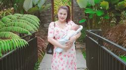 DJ Butterfly pun menceritakan kebahagiaannya menjadi seorang ibu. Salah satu yang paling berkesan adalah momen saat ia menyusui. (Liputan6.com/IG/dj_kattybutterfly36)