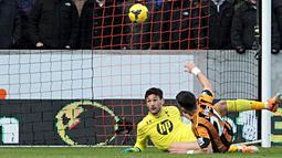 Shane Long mencetak gol pembuka pada pertandingan sepak bola Liga Inggris antara Hull City vs Tottenham Hotspur di Stadion Kingston Communications, Hull (01/02/14). (AFP/Lindsey Parnaby)