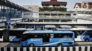 Bus Transjakarta berhenti di shelter Harmoni, Jakarta, Minggu (2/8/2020). PT Transjakarta akan menambah armada sebanyak 155 mengantisipasi lonjakan pelanggan saat diberlakukan kebijakan ganjil genap di sejumlah ruas jalan utama Jakarta pada Senin, 3 Agustus 2020. (merdeka.com/Iqbal Nugroho)