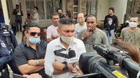 Nus Kei memberikan keterangan usai prarekonstruksi penyerangan yang dilakukan kelompok John Kei di rumahnya. (Liputan6.com/Pramita Tristiawati)