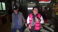 Kejagung serahkan tersangka korupsi lahan negara, Jentang ke Kejati Sulsel setelah tertangkap di Jakarta (Liputan6.com/ Eka Hakim)