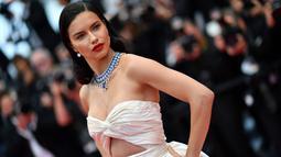 """Adriana Lima berpose saat tiba menghadiri pemutaran film """"Burning"""" selama Festival Film Cannes ke-71 di Prancis selatan (16/5). Model asal Brasil ini tampil cantik dan seksi dengan gaun berwarna putih. (AFP Photo/Alberto Pizzoli)"""