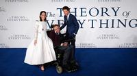 Foto pada tanggal 09 Desember 2014, aktor Inggris Felicity Jones dan Eddie Redmayne berfoto bersama ilmuwan Inggris Stephen Hawking dalam pemutaran perdana film 'The Theory of Everything' di London. (AFP Photo/Justin Tallis)