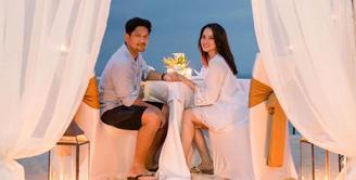 Pasangan pengantin baru Ririn Ekawati dan Ibnu Jamil terus menunjukan kekompakannya. Kalau pasangan lainnya memamerkannya dengan cara memakai busana kembar, namun beda halnya dengan mereka yang ternyata kompak urusan makanan. (Instagram/ririnekawati)