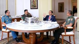 Presiden Joko Widodo (Jokowi) bersama Panglima TNI Marsekal TNI Hadi Tjahjanto (kedua kiri), KSAL Laksamana TNI Ade Supandi dan KSAD Jenderal TNI Mulyono santap siang bersama di Ruang Keluarga Gedung Induk Istana Bogor, Kamis (14/12). (dok. Setpres)