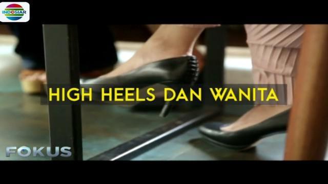 Wanita memakai heels untuk memperbaiki postur tubuh mereka agar tampak lebih jenjang dan langsing.