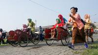 Sejumlah emak-emak dengan mengenakan busana kebaya mengikuti adu balap becak untuk memperingati Hari Kartini di Solo, Sabtu (21/4) (Liputan6.com/Fajar Abrori)