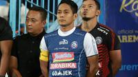 Purwaka Yudi (tengah), kapten baru Arema. (Bola.com/Iwan Setiawan)