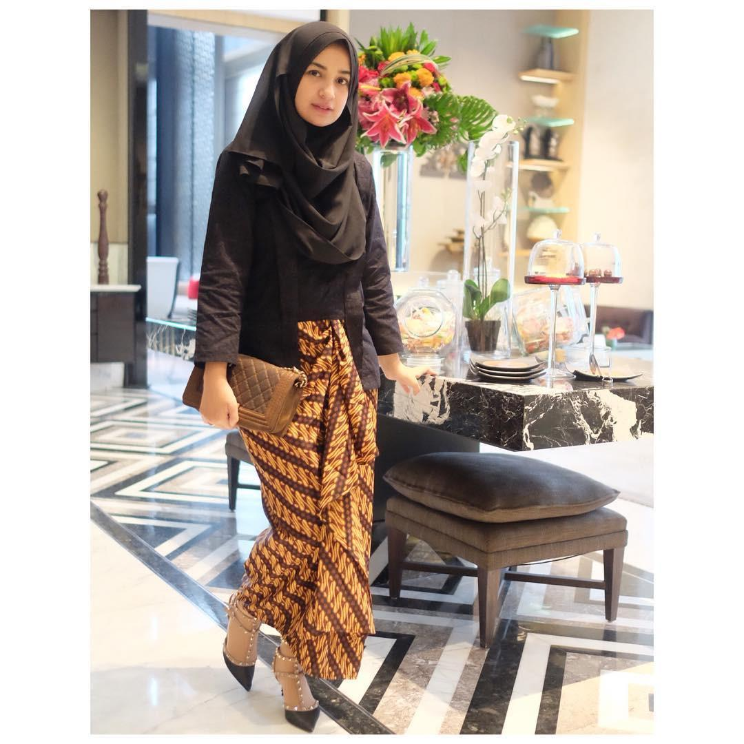 Untuk memberi kesan tradisional kamu bisa memakai kutu baru hitam dipadukan dengan kain batik motif geomteris warna coklat. (sumber foto: @shireensungkar/instagram)