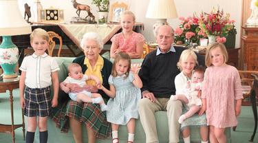 Potret Kenangan Pangeran Philip dan Ratu Elizabeth II Bersama 7 Cicitnya