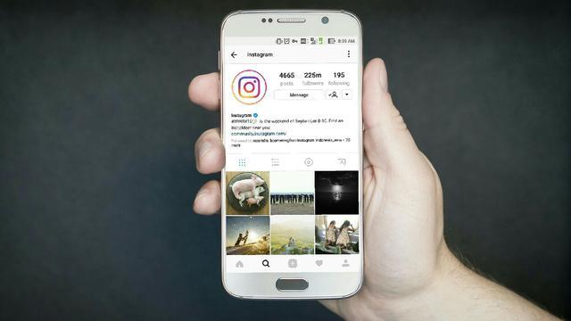 Ilustrasi Instagram di Smartphone Android