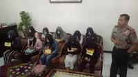 Kepolisian Resort Sukabumi Kota berhasil mengungkap praktik prostitusi online. Sejumlah wanita diamankan, dan dua orang pria ditetapkan sebagai tersangka. (Liputan6.com/ Mulvi Muhammad).
