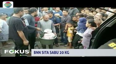 Seorang pedagang kelontong di Depok ditangkap petugas BNN lantaran menyembunyikan 10 kg sabu. Penangkapan tersebut hebohkan warga sekitar.