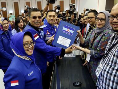 Partai Demokrat yang diwakili oleh Sekjen Hinca Panjaitan dan Badan Pemenangan Pemilu Partai Demokrat Ibas Edhie Baskoro Yudhoyono mendaftarkan partainya ke Komisi Pemilihan Umum (KPU) Jakarta, Senin (16/10). (Liputan6.com/JohanTallo)