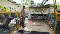 Untuk memutus mata rantai virus, pengelola Taman Satwa Cikembulan menyiapkan cairan disinfektan di pintu masuk tiket pengunjung. (Liputan6.com/Jayadi Supriadin)