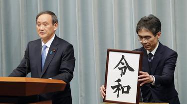 Sekretaris Kabinet Jepang, Yoshihide Suga saat mengumumkan plakat nama era baru Kekaisaran Jepang, Reiwa, di Tokyo pada Senin (1/4/2019) (Photo credit: AP Photo/Eugene Hoshiko)