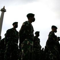 Pasukan gabungan mengikuti gelar pasukan dalam rangka pengetatan PPKM Mikro DKI Jakarta di Lapangan Monas, Jakarta, Jumat (18/6/2021). Gelar pasukan diikuti oleh TNI, Polri, dan Satpol PP. (Liputan6.com/Faizal Fanani)