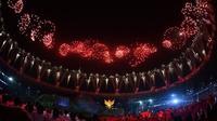 Gelora Bung Karno pun terlihat merah membara seakan menambah semangat para atlet dan juga penonton. (twitter/syono_)