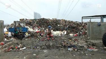 Terciduk buang sampah sembarangan ke Kali Adem, pedagang kelapa didenda petugas Rp 5 juta.
