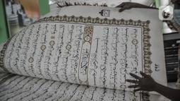 Kondisi kertas Alquran raksasa koleksi Perpustakaan Jakarta Islamic Center (JIC) masih terawat di Jakarta Utara, Kamis (22/4/2021). Alquran ini seluruhnya dibuat dan ditulis tangan oleh santri Universitas Sains Alquran Wonosobo, mulai dari ayat, hingga nomor halaman. (merdeka.com/Iqbal S Nugroho)
