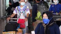 Sejumlah penumpang pesawat berjalan keluar dari Terminal 2 Bandara Soekarno Hatta, Tangerang, Banten, Selasa (18/5/2021). Berdasarkan data pengelola Bandara Soekarno Hatta pada hari pertama pascalarangan mudik, tercatat ada 651 pergerakan pesawat baik datang maupun pergi. (Liputan6.com/Angga Yuniar)