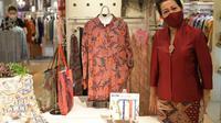 Ibu Nuning Akhmadi, istri Dubes RI untuk Jepang Heri Akhmadi, di butik Batik Imari Tokyo (Foto KBRI Tokyo)