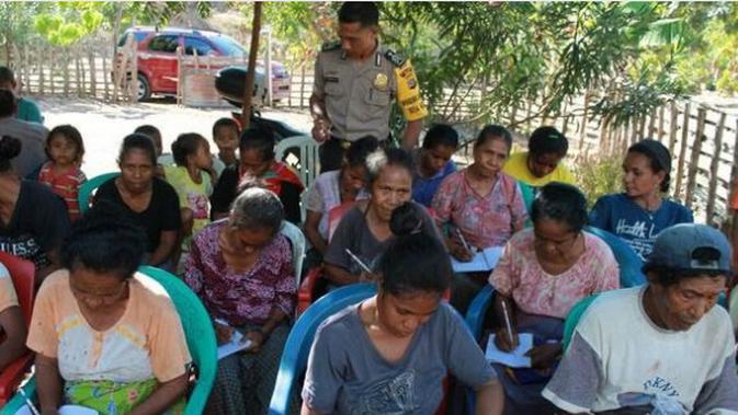 Brigade Polisi Kresna Ola saat mengajar membaca dan menulis warga di wilayah perbatasan RI-Timor Leste. (/Ola Keda)