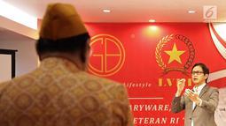 Konduktor dan pendiri Twillite Orchestra, Addie MS memimpin para Legiun Veteran Republik Indonesia (LVRI) menyanyikan lagu Indonesia Raya di kawasan Harapan Indah, Bekasi pada Kamis (1/8/2019). (Fimela.com/ Bambang E Ros)