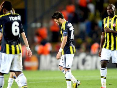 Kekecewaan para pemain Fenerbahce usai dikalahkan Arsenal pada pertandinagn Play-off Liga Champions di Stadion Sukru Saracoglu di Istanbul pada 21 Agustus 2013. (AFP/Bulent Kilic)