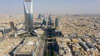 Pandangan udara Kingdom tower dan jalan Raja Fahad yang kosong karena pandemi COVID-19 pada hari pertama perayaan Idul Fitri di ibu kota Saudi, Riyadh, Senin (24/5/2020).  Saudi memberlakukan jam malam 24 jam selama lima hari libur Hari Raya Idul Fitri 1441 H dari 23 Mei 2020. (FAISAL AL-NASSER/AFP)