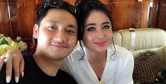 Kisruh rumah tangga yang baru seumur jagung, Dewi Perssik dan Angga Wijaya berakhir damai. Perempuan biasa disapa Depe itu memaafkan sang suami dengan mengunggah foto bersama. (Instagram/anggawijaya88)