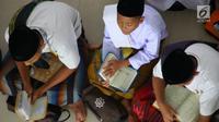 Santri melakukan tadarus Alquran berjamaah di Pesantren Tarbiyah Islamiyah Ar-Raudlatul Hasanah, Medan, Sumatera Utara (21/5). (Liputan6.com/Reza Perdana)