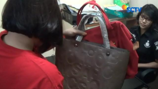 Dia mengelabui penjaga mal dengan berpura-pura akan membeli tas. Namun ketika hendak keluar, alarm mal berbunyi.