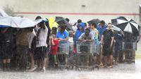 Warga mengantre di sebuah toko saat badai Florence menerjang Carolina Utara, AS, Minggu (16/9). Badai Florence menyebabkan hujan terus turun dan banjir merendam sejumlah kawasan. (Chuck Liddy/The News & Observer via AP)