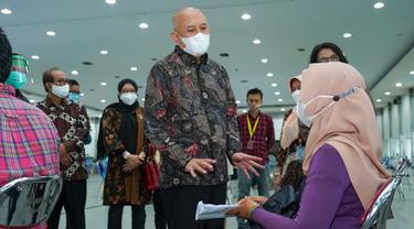 Menteri Koperasi dan UKM Teten Masduki meninjau proses vaksinasi terhadap pelaku UMKM di Yogyakarta