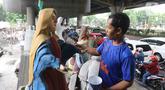 Perajin sedang menyelesaikan patung Bunda Maria di kawasan Pulomas, Jakarta, Jumat (13/12/2019). Jelang perayaan Natal, pesanan patung Rohani yang dijual dari harga 10 sampai 40 juta mengalami peningkatan. (Liputan6.com/Herman Zakharia)