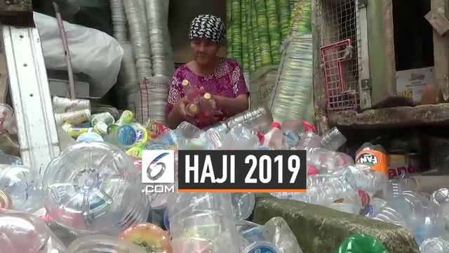 Seorang pemulung lanjut usia akan berangkat ke tanah suci untuk beribadah haji tahun ini. Ia mengumpulkan uang selama kurang lebih 20 tahun sampai ongkos hajinya terbayar lunas.