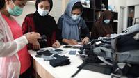 Para pengungsi perempuan yang terlibat dalam proyek daur ulang kain-kain sisa. (dok. Uniqlo Indonesia)