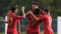 Para pemain Timnas Indonesia U-22 merayakan gol yang dicetak Saddil Ramdani ke gawang Laos U-22 pada laga SEA Games 2019 di Stadion City of Imus Grandstand, Manila, Kamis (5/12). Indonesia menang 4-0 atas Laos. (Bola.com/M Iqbal Ichsan)
