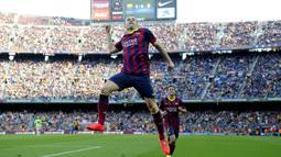 Gelandang Barcelona, Andres Iniesta, merayakan gol atas Osasuna pada laga La Liga Spanyol di Stadion Camp Nou, Barcelona, Minggu (16/3/2014). Sebanyak 57 gol dibukukan dalam 21 tahun bersama La Blaugrana. (AFP/Josep Lago)