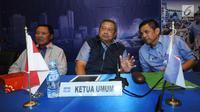 Ketua Umum DPP Partai Demokrat, Susilo Bambang Yudhoyono (tengah) berbincang dengan Sekjen Hinca Pandjaitan (kanan) jelang memimpin rapat darurat DPP Partai Demokrat di Jakarta, Rabu (3/1). Rapat berlangsung tertutup. (Liputan6.com/Helmi Fithriansyah)