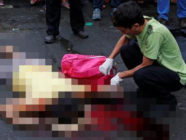 Seorang wanita berusia 47 tahun tewas usai ditembak orang tak dikenal di Manila, Filipina, Kamis (8/12). Kepolisian mengatakan Acielo merupakan salah satu 30 orang lebih yang dibunuh selama tiga hari terakhir terkait narkoba. (REUTERS/Erik De Castro)