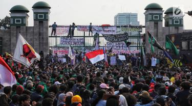 Ribuan mahasiswa berunjuk rasa di depan Gedung DPR/MPR, Jakarta, Senin (23/9/2019). Dalam aksinya mereka menolak pengesahan RUU KUHP dan revisi UU KPK. (Liputan6.com/JohanTallo)