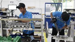 Pekerja menyelesaikan perakitan mesin Mercedes Benz di Pabrik Mercedes Benz, Wanaherang, Bogor (11/12). Mercededes-Benz C-Class generasi terbaru kini resmi masuk jalur produksi pabrik Mercedes-Benz di Wanaherang, Bogor. (Liputan6.com/Herman Zakharia)