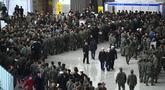 Tentara Korea Selatan mengantre saat mengikuti job fair di ruang pameran KINTEX, Goyang, Korea Selatan, Rabu (20/3). Para tentara yang mengikuti job fair ini adalah mereka yang akan diberhentikan dalam waktu dekat. (JUNG Yeon-Je/AFP)
